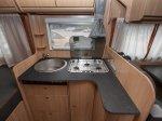 Küche mit Dreiflammkocher und Spülbecken